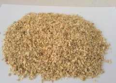 玉米芯粉碎后的样品
